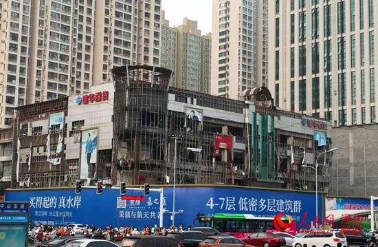 图为正在拆除中的老建华百货大楼。