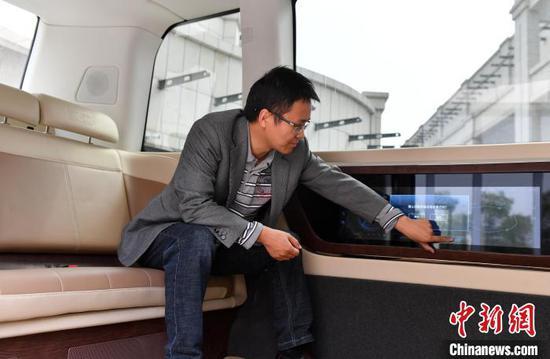 雄安数字交通实验室负责人任大凯介绍目前正在测试的自动驾驶巴士。 韩冰 摄