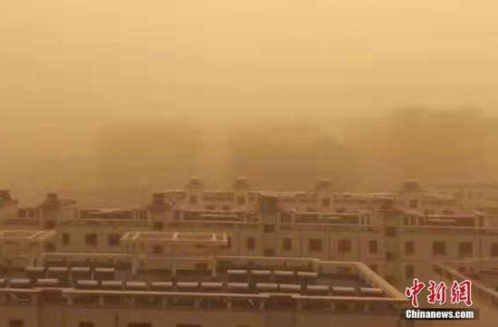图为城市沙尘弥漫。高继文 摄