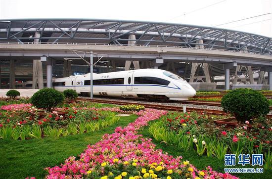 一列京津城际列车从北京南站驶出(资料照片)。 新华社发