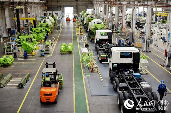 张家口市宣化经济开发区的北汽福田宣化雷萨泵送机械厂工人在起重机组装生产线上工作。 张家口市工业和信息化局供图
