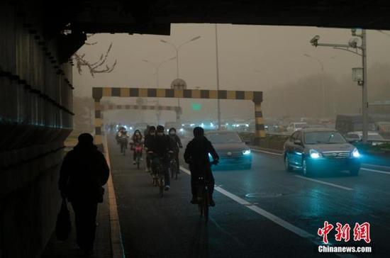 3月15日,北京遭遇沙尘天气。北京市气象台当日7时25分升级发布沙尘暴黄色预警信号。 中新社记者 盛佳鹏 摄