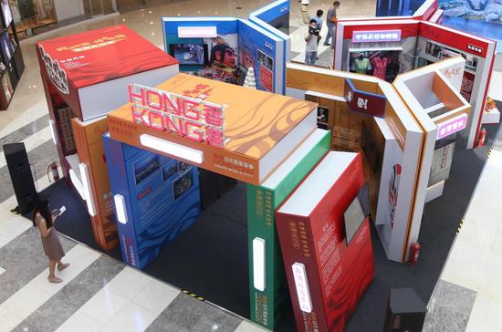 展馆是由香港青年设计师担任策展人,以巨型的书本为主结构,象征非遗的文化传承。