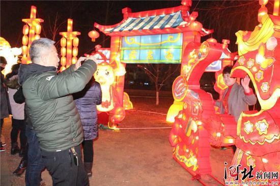 游客在北戴河第七届春节灯会的灯组前合影,记录美好瞬间。 记者孙也达摄