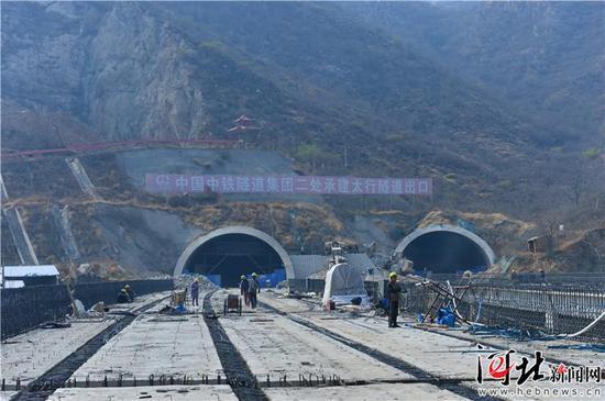 南绕城高速与山前大桥相连的最长隧道正在施工。王萌/摄