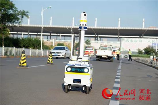 图为事故警戒机器人交警。苗文金 摄