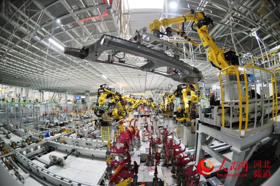 河北抢抓机遇加速创新,图为北京现代沧州工厂里的机器人安装汽车零件。