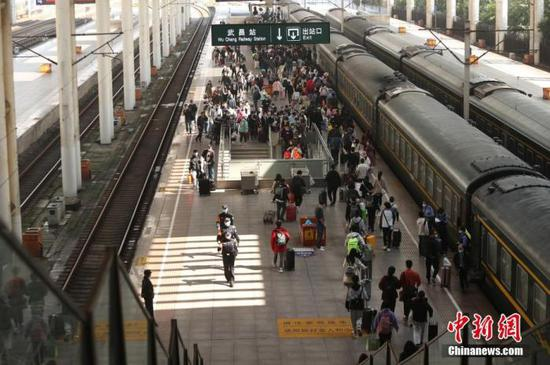 资料图:民众乘坐铁路出行。图片来源:视觉中国