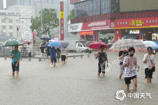广州昨遭强降雨。(图/黄华栋)
