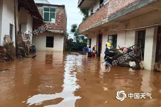 近日强降雨持续侵袭江西,各地城乡积涝严重。(图/ 曾位亮 刘海)