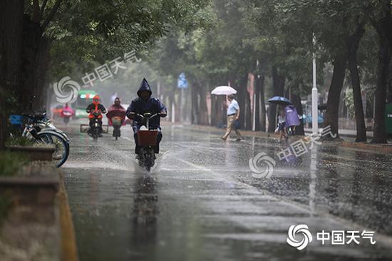 今早,石家庄市区出现短时降雨。(图/秦楠)