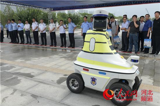 图为邯郸机器人交警。苗文金 摄