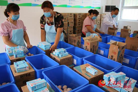 图为9月5日,河北省邯郸市广平县十里铺中心小学老师在给学校每个班级分发牛奶、鸡蛋。