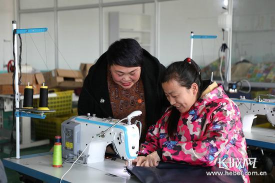 在就业扶贫政策的引导下,河北省越来越多的贫困户找到了工作。(资料图)