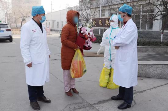 市人民医院医务人员为治愈者送行。刘月明 摄