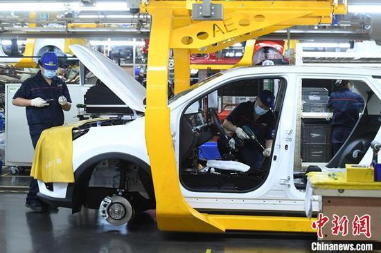 资料图:汽车生产线上的工人正在作业。中新 社记者 陈超 摄