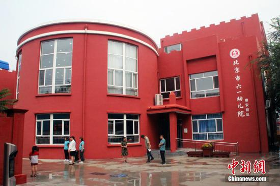 8月18日,前身为雄县幼儿园的北京市六一幼儿院雄安院区的教职工正在做新学期开学前的准备工作。目前,北京四所学校共计派出28名管理干部和学科教师开展组团式帮扶和整体托管,全面提升雄安新区四所学校办学质量。同时,京津冀56所优质学校已与雄安新区59所各级各类学校建立各种形式的帮扶合作关系。 中新社记者 宋敏涛 摄