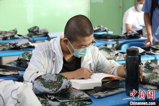 图为河北衡水中学高一新生开学第一天,报到完毕的学生在教室看书。河北衡水中学供图