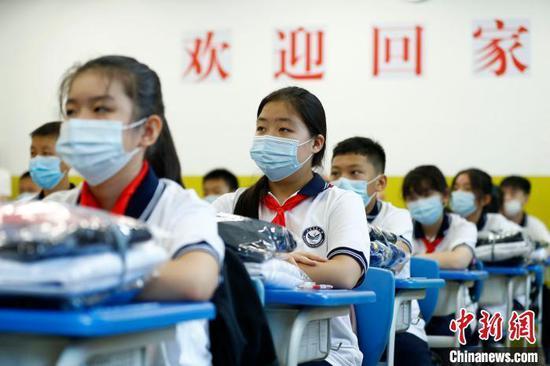8月29日起,北京中小学校各年级分批、错峰开学。图为北京市丰台区丰台二中初一、高一等年级学生正式开学。 富田 摄