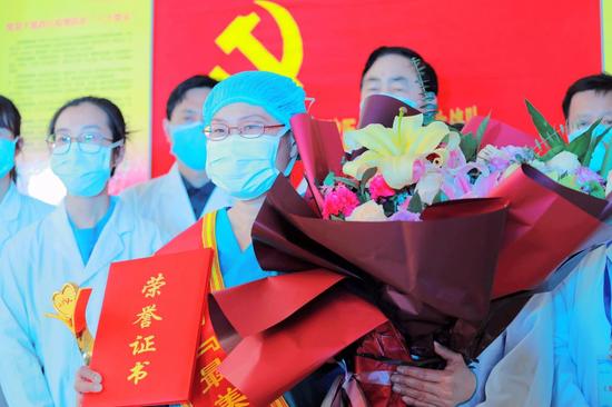 """市人民医院检验科副主任陈玉兰(中)获得第四届""""最美廊坊人""""荣誉称号。"""