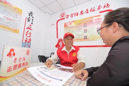 第七届河北省道德模范78岁的马贺年在国际花园社区学雷锋志愿服务站为辖区居民排忧解难。