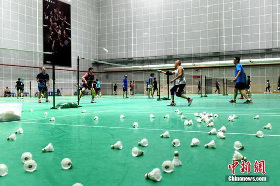 资料图:民众在羽毛球馆打球。 中新社记者 吕明 摄