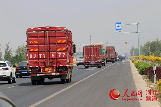 """截至目前,沧州市符合条件的564.55公里道路已全部实施""""货车右行""""。沧州交警支队供图"""