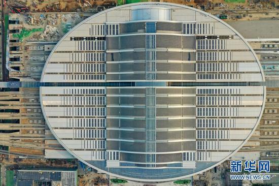 12月26日拍摄的京雄城际铁路雄安站,椭圆形屋顶是一座光伏电站(无人机照片)。新华社记者 牟宇 摄