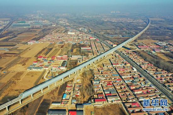 京雄城际铁路河北霸州段的全封闭声屏障(12月25日摄,无人机照片)。新华社记者 牟宇 摄