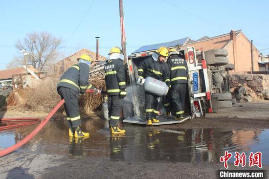 消防现场救援。承德市消防支队供图
