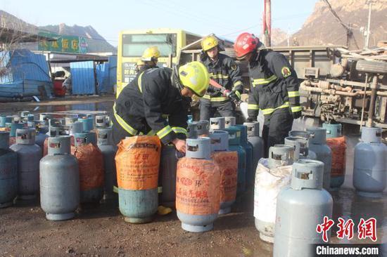 消防员对全部罐体阀门处进行逐一检测。承德市消防支队