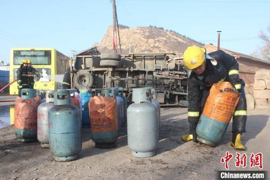 消防员将煤气罐搬到空旷处。承德市消防支队