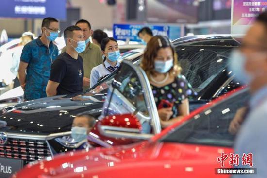 资料图:图为民众在车展选购汽车。 中新社记者 骆云飞 摄
