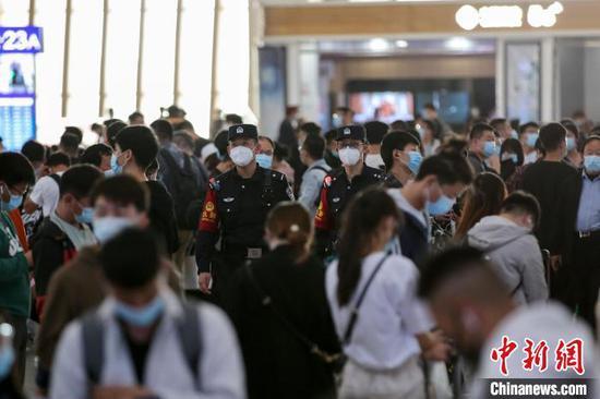 """""""五一""""期间,北京铁路警方共破获各类治安案件158起、查获各类违禁物品21000余件。 北京铁警供图"""