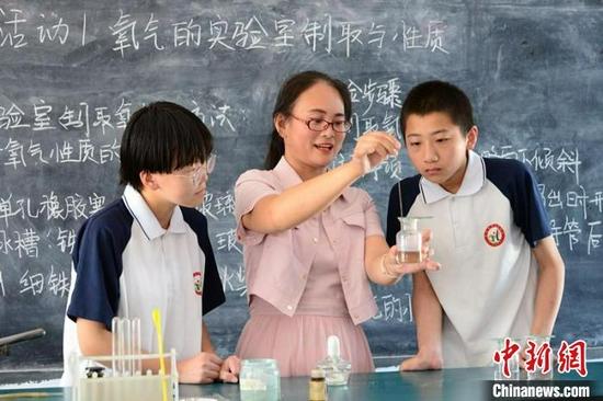 张润亚正在给学生们上课。 赵卫东 摄