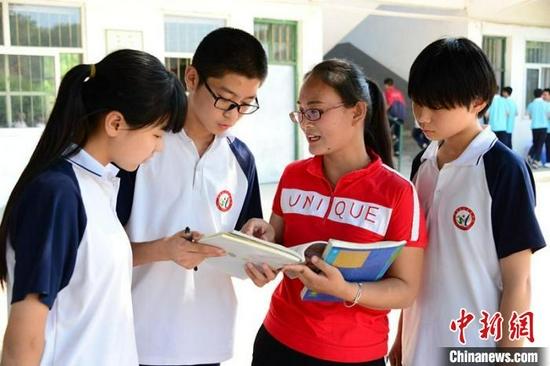 张润亚和学生们在一起。 赵卫东 摄