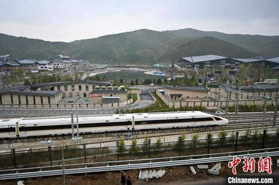 图为9月15日,一列高铁列车驶过太子城冰雪小镇。 翟羽佳 摄