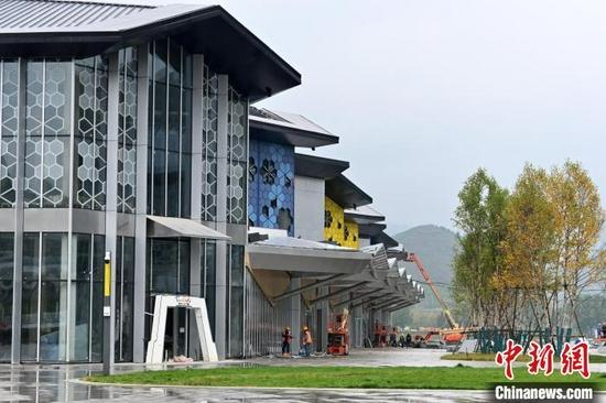图为9月15日,太子城冰雪小镇一建设场景。 翟羽佳 摄