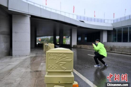 图为9月15日,太子城冰雪小镇街道护栏上装饰的北京2022年冬奥会相关图案。 翟羽佳 摄