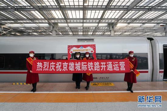 12月27日,动车组列车工作人员庆祝京雄城际铁路开通运营。新华社记者 牟宇 摄