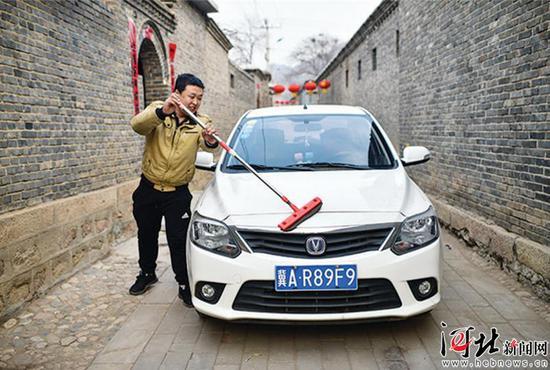 曾经的贫困户范明明现在在县里的企业上班,2018年他贷款买了一辆小轿车。