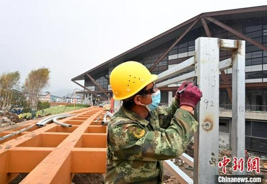图为9月15日,太子城冰雪小镇建设工人正在忙碌。 翟羽佳 摄