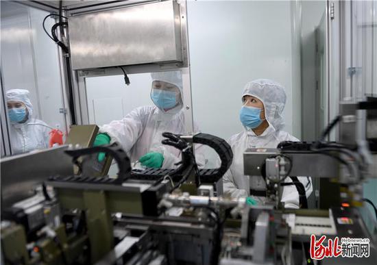 图为英诺特公司的职工在生产自主研发的新冠病毒检测试剂。通讯员 陈儒摄