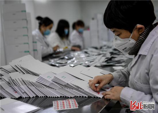 图为英诺特公司的职工在包装自主研发的新冠病毒检测试剂。通讯员 陈儒摄