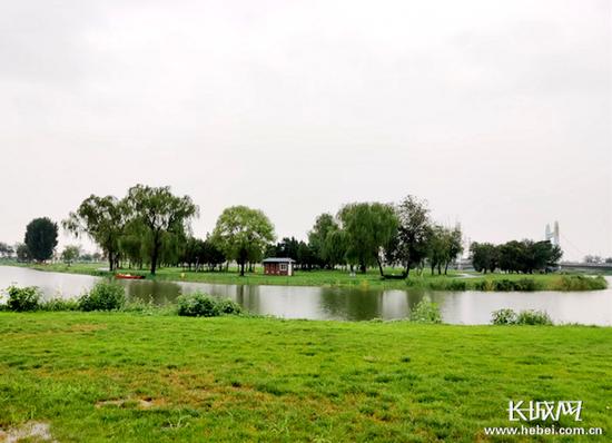 河岸绿廊及深深浅浅的绿块很是养眼。记者 张青果 摄