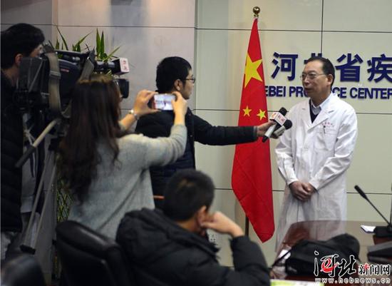 1月11日,河北省召开流感防控知识媒体沟通会。图为河北省疾控中心病毒病防治所所长齐顺祥接受记者采访。陈春雷摄