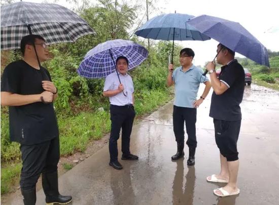 市政协副主席、财政局局长李海顺深入西寺庄乡督导察看防汛工作