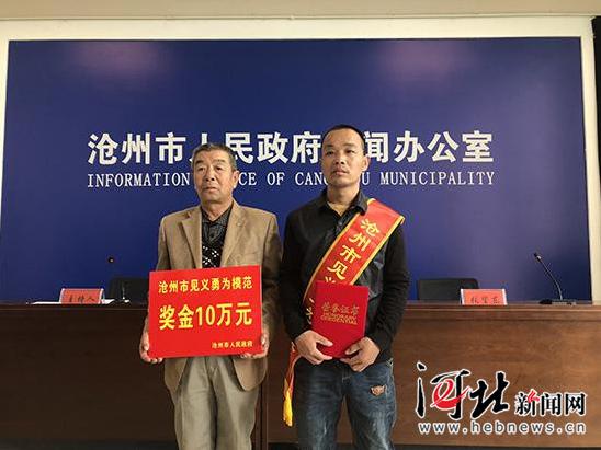 张金路和父亲上台领奖。 记者王雅楠摄