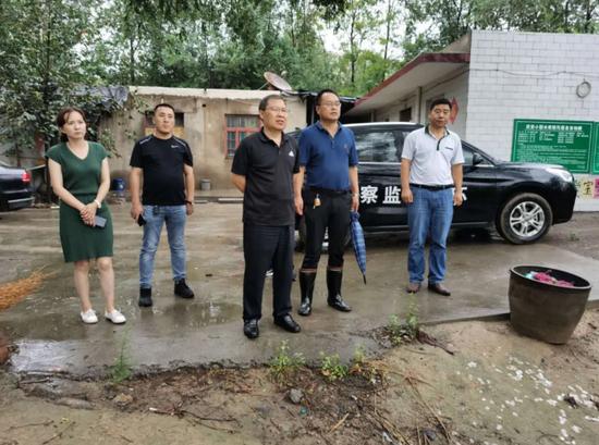 市政府党组成员梁考绩到康二城镇督导察看防汛工作