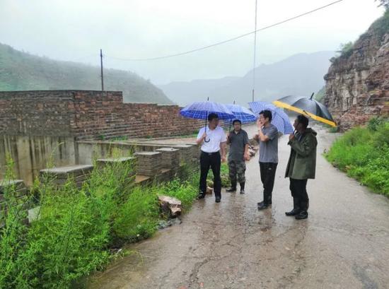 市委常委、统战部长李卫峰冒雨到管陶乡察看雨情、督导防汛